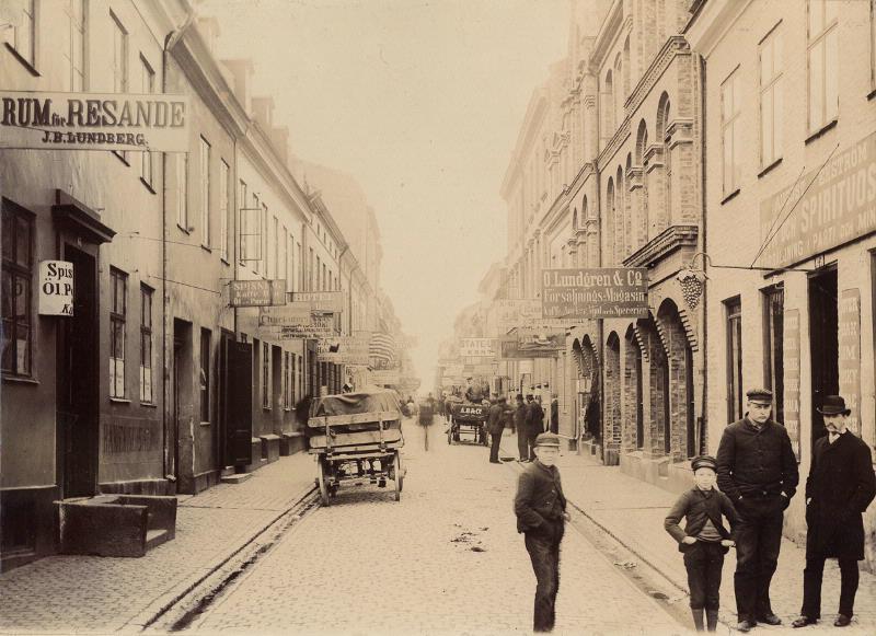 De flesta utvandrarna reste från Göteborg. Från Centralstationen vandrade de längs Sillgatan mot Packhuskajen där båtarna avgick. Här fanns emigrantagenturer, hotell, krogar, butiker, akrobater, sierskor och musikanter; det var ständigt liv och rörelse. För många emigranter blev detta början på äventyret, andra föll offer för de många bondfångare som rörde sig i området eller spelade bort hela reskassan och kom aldrig längre än till Sillgatan. Sillgatan genom Nordstan 1889. Göteborgs stadsmuseum.