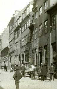 Från bl.a Köpenhamn reste en del verksamhetsägare, arbetsledare och utbildade arbetare till Sverige. Møntergade i Köpenhamn, omkring förra århundradesskiftet. Foto: Københavns Bymuseum.
