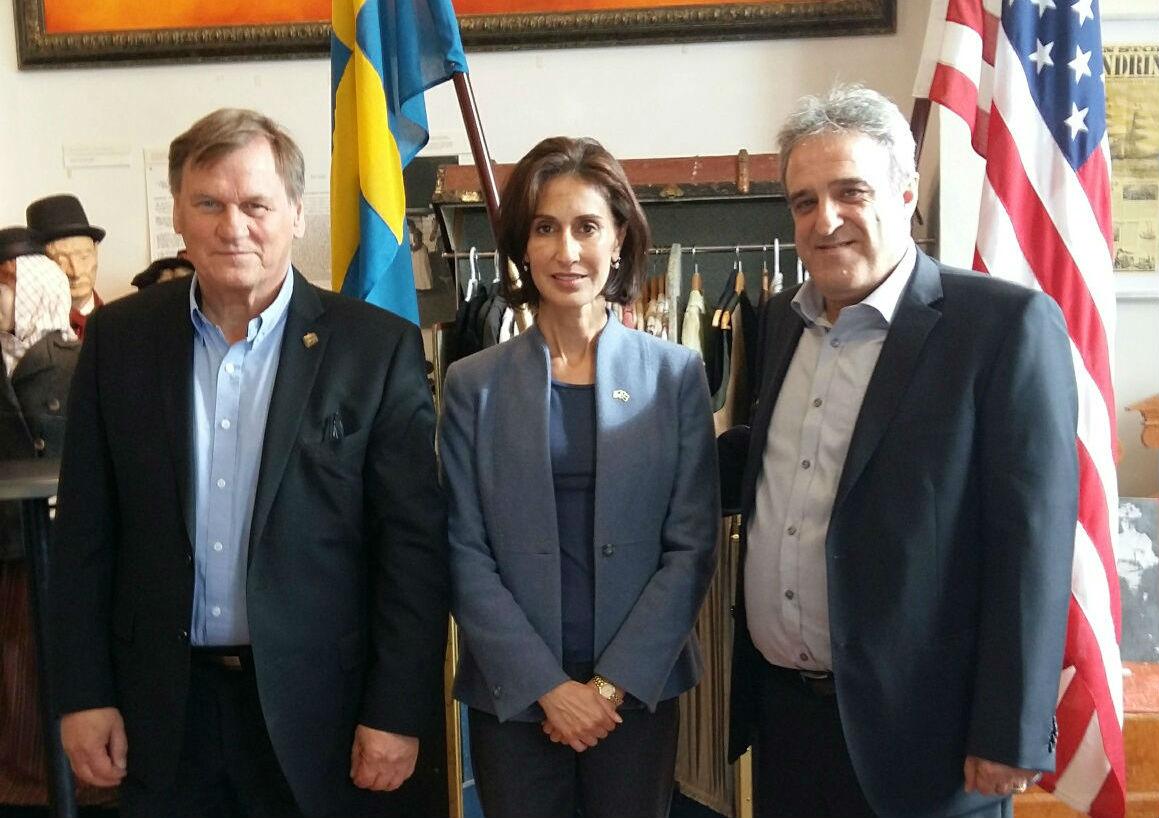 I mitten USAs ambassadör Azita Raji, till vänster Roger Bodin verksamhetschef, till höger Manouchehr Mansouri arbetsledare.